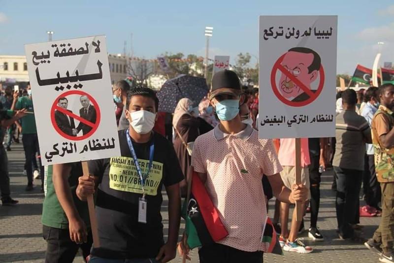 آلاف الليبيبن خلال مظاهرة حاشدة للتنديد بالغزو التركي لبلادهم أمس الأول
