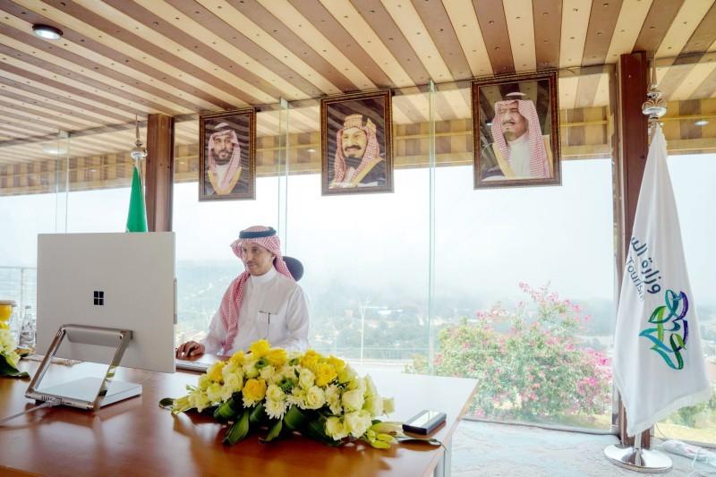 وزير السياحة خلال مشاركته في الاجتماع.