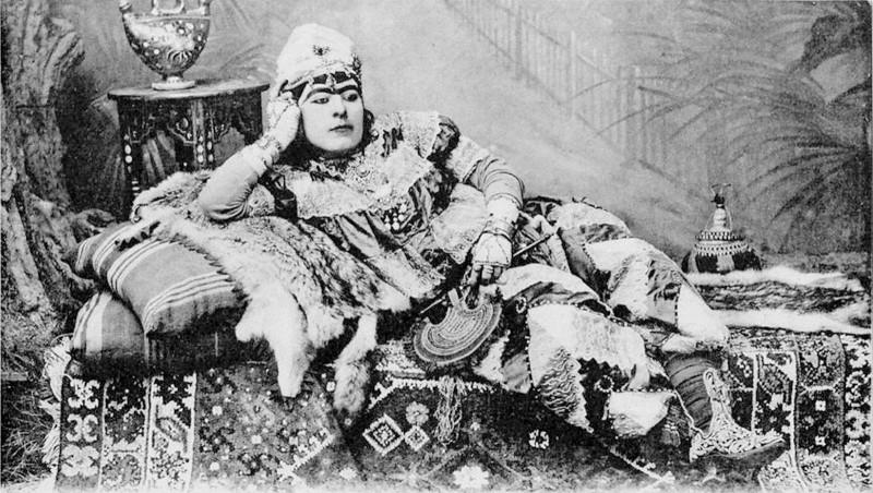 أحد راقصي الـ «كوجيك» بكامل زينته النسائية في القرن الـ19