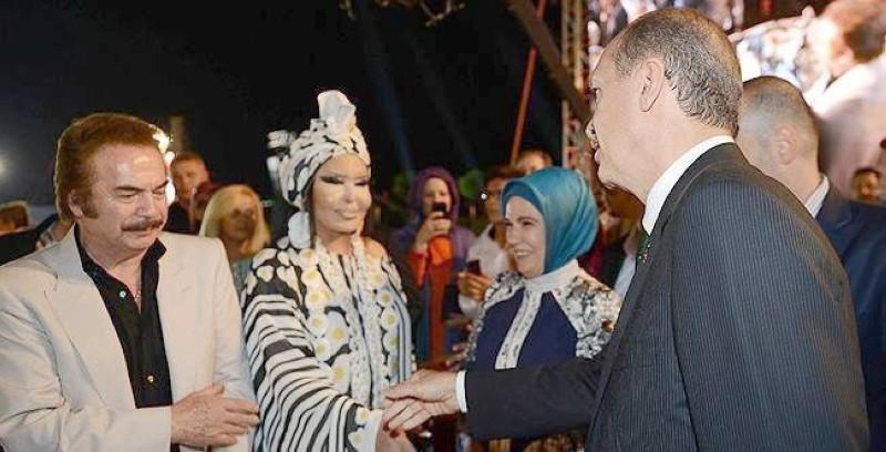 أردوغان خلال لقاء سابق مع المطرب التركي المثلي ديفا.