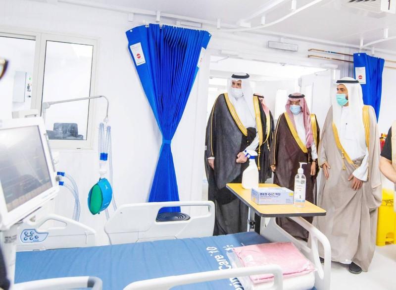 أمير المدينة المنورة ووزير الصحة يطلعان على إمكانات المستشفى. (واس)