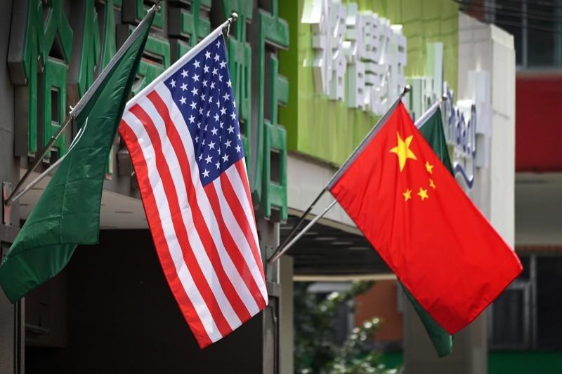 العلمان الأمريكي والصيني فوق فندق في بكين.