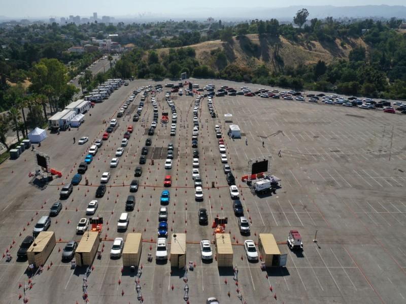 السيارات تصطف أمام مراكز متنقلة للفحص في لوس أنجليس.