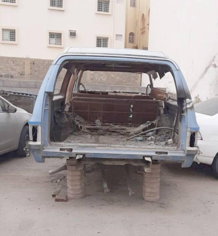 سيارة تالفة داخل أحد الأحياء