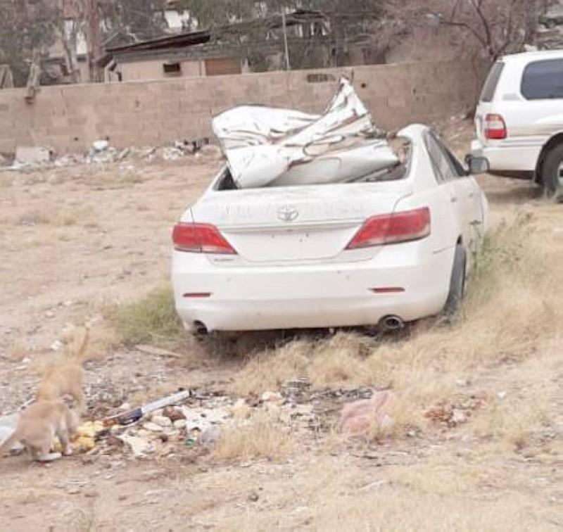 سيارات تالفة تركها ملاكها تشوه المنظر الحضري.