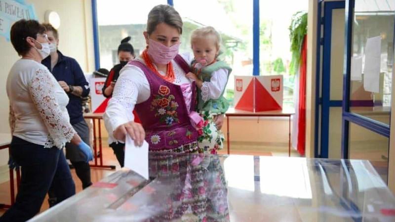 بولندية تدلي بصوتها في الانتخابات الرئاسية اليوم.