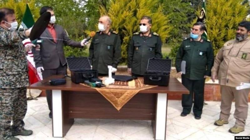 مسؤولو الحرس يعلنون عن جهاز كشف كورونا.