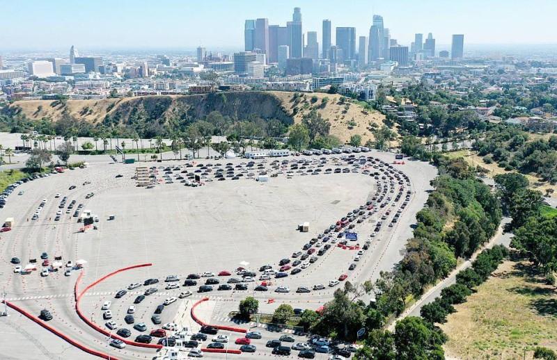 السيارات تصطف لفحص كوفيد في ملعب لوس أنجليس.