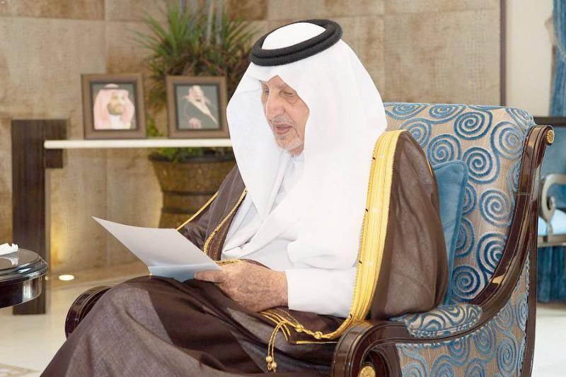 الأمير خالد الفيصل لدى استقباله رئيس جامعة الطائف.