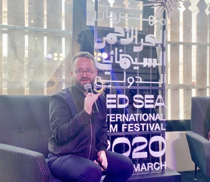 محمود صباغ خلال إعلان برنامج مهرجان «البحر الأحمر» قبل تأجيله بسبب كورونا. (عكاظ)