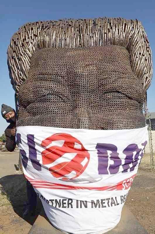 كمامة على وجه «مانديلا»