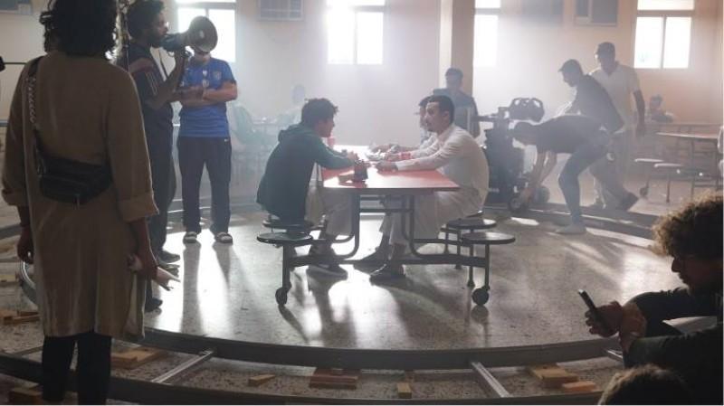 براء عالم وإسماعيل الحسن وأحمد صدام يؤدون أحد مشاهد الفيلم في المدرسة.