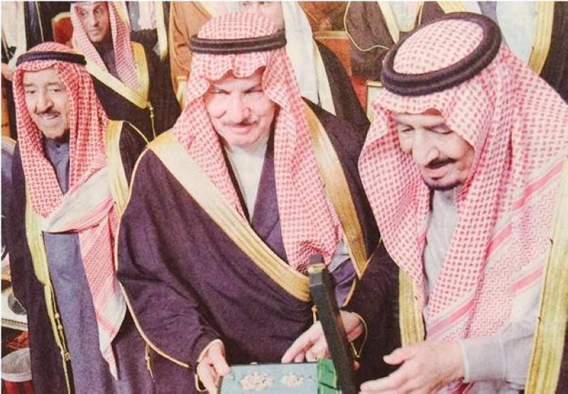 خادم الحرمين الشريفين الملك سلمان مكرماً الشبيلي في مهرجان الجنادرية 2017.