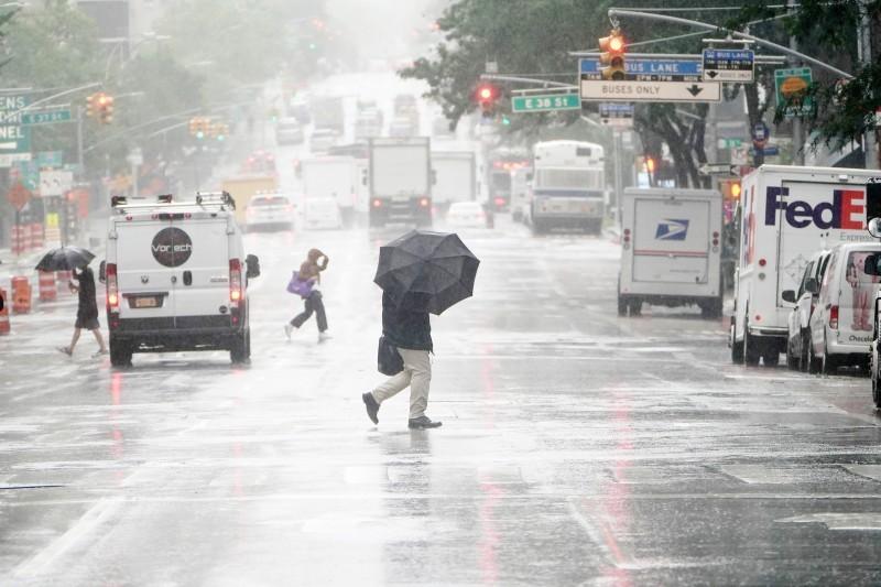 رياح عاتية وأمطار غزيرة صاحبت إعصار «إساياس».