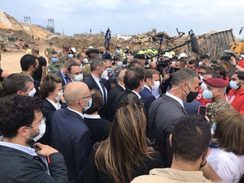 الرئيس الفرنسي في زيارة لموقع انفجار مرفأ بيروت