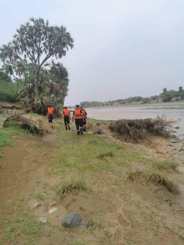 فرق الدفاع المدني أثناء البحث عن مفقود وادي بيض.