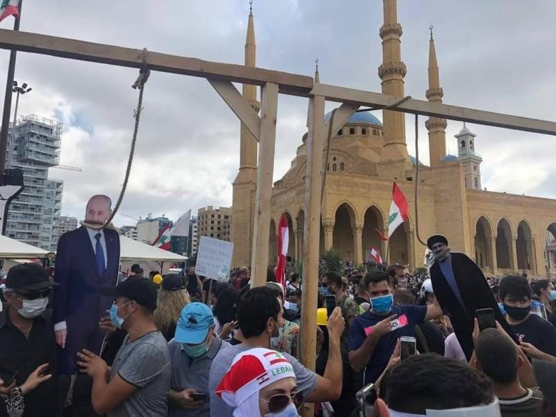 المحتجون علقوا المشانق لكبار المسؤولين