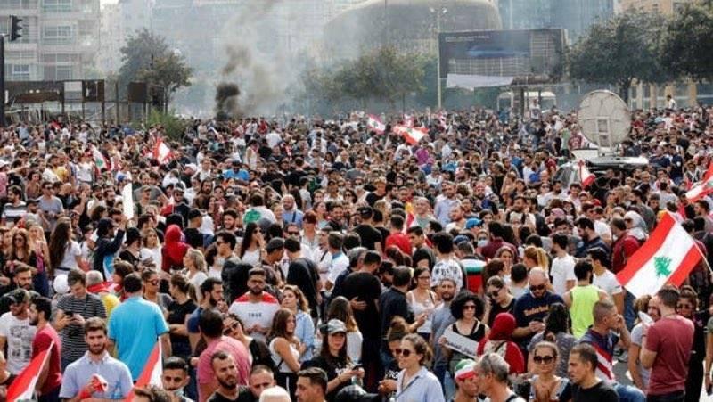 متظاهرون لبنانيون في بيروت