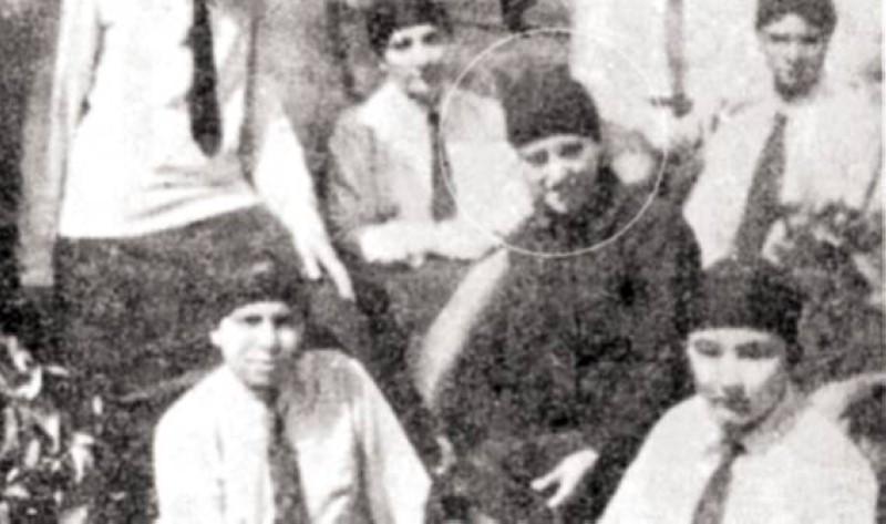 فاطمة مع زميلاتها بالمدرسة السنية في القاهرة سنة 1927.