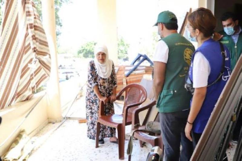 فرق مركز الملك سلمان  خلال تقديمهم المساعدات الإغاثية لمتضرري مرفأ بيروت.  (واس)