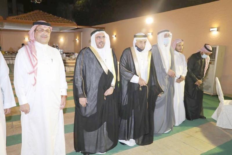 العريس مع والد العروس والأقارب.