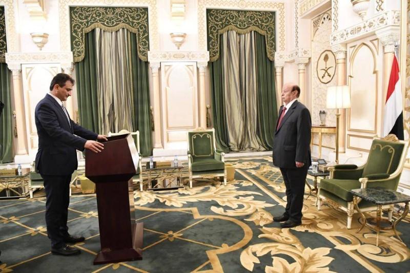 محافظ مؤديا اليمين أمام الرئيس اليمني