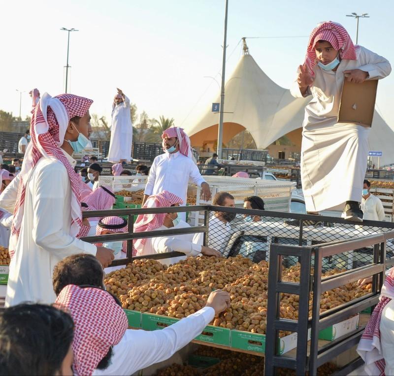 بائعون في مهرجان تمور بريدة