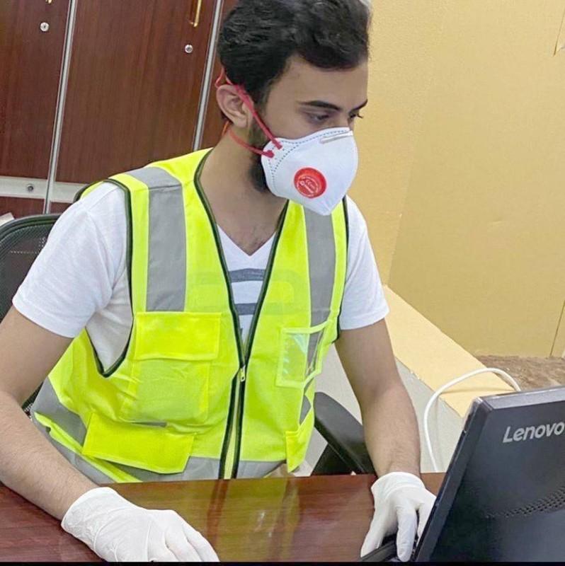 بن هيف أثناء تطوعه في الفرز البصري للعمالة.