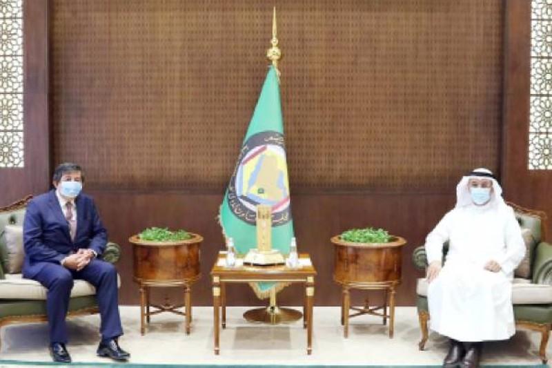 الحجرف خلال لقائه السفير التركي في الرياض أمس. (واس)