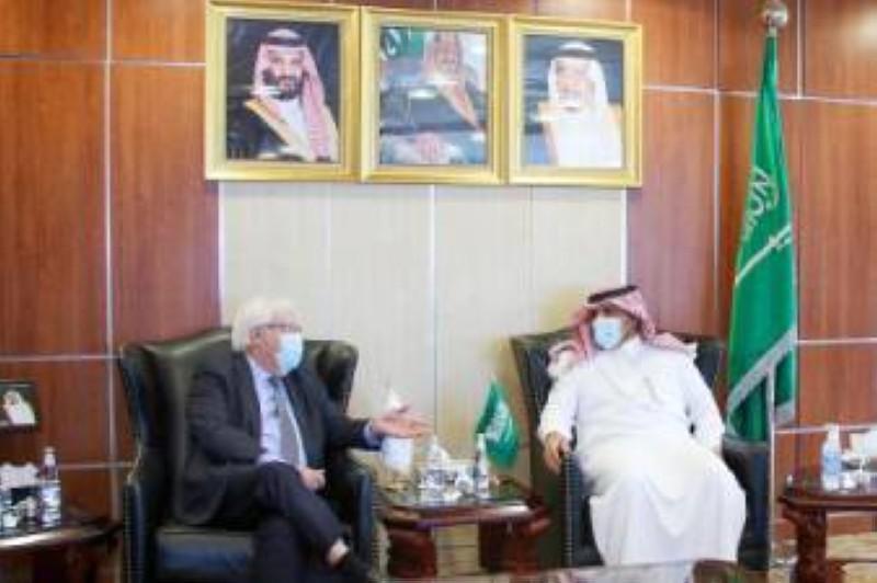 آل جابر ملتقيا المبعوث الأممي في اليمن. (واس)