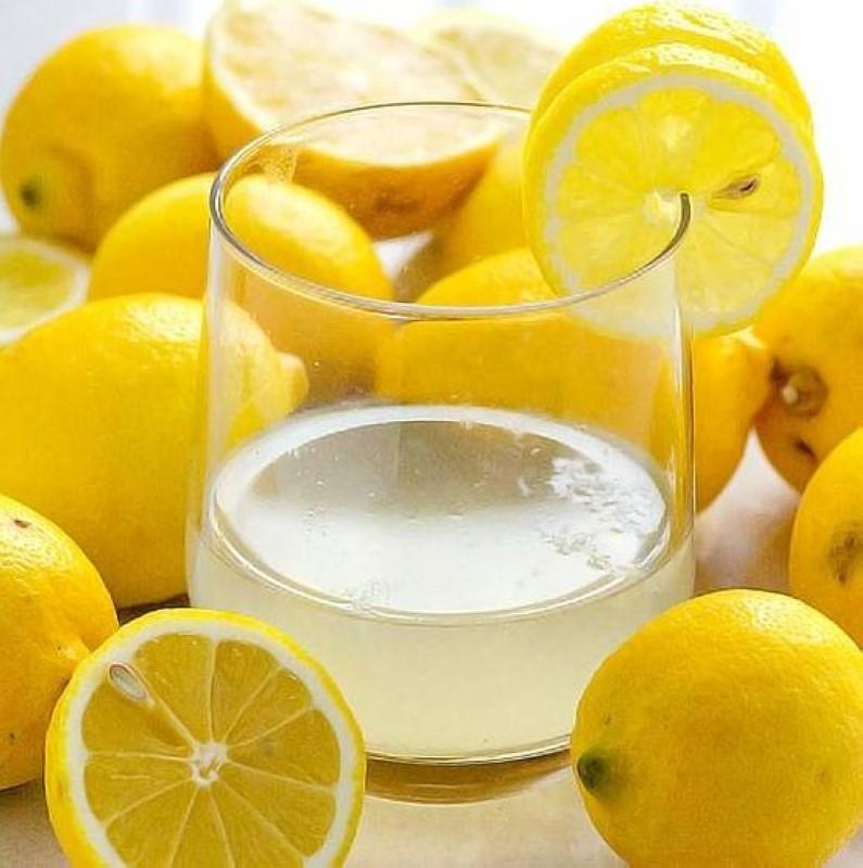 عصير الليمون مع الماء.