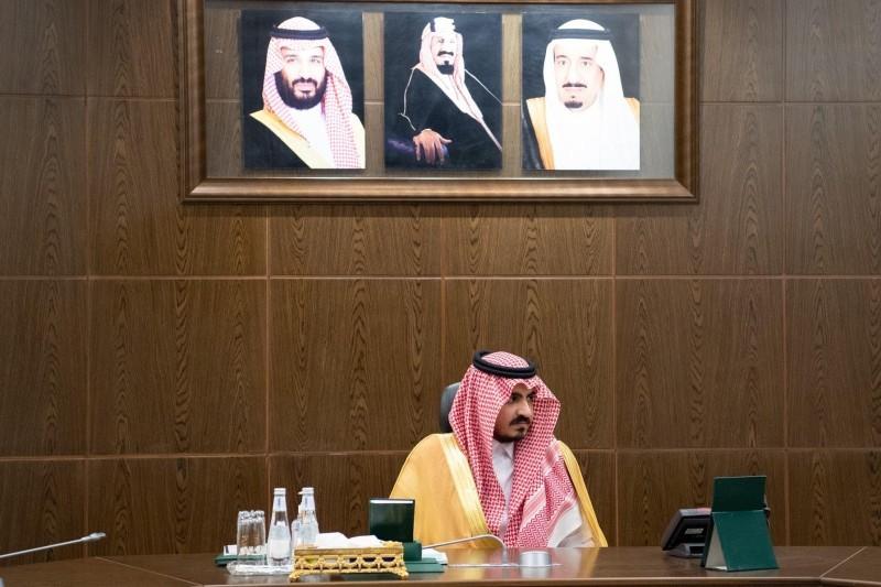 «بدر بن سلطان» خلال ترؤسه اجتماعا مع رؤساء جامعات المنطقة