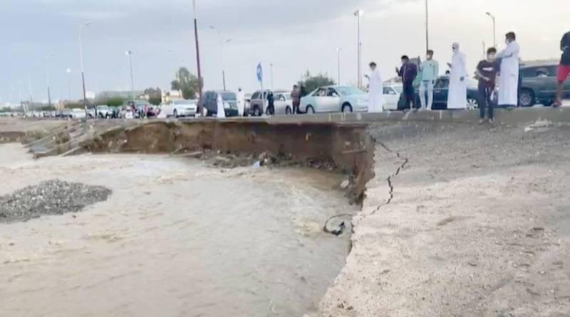 الأمطار والسيول تسببت بتشققات وتصدعات في الطرق