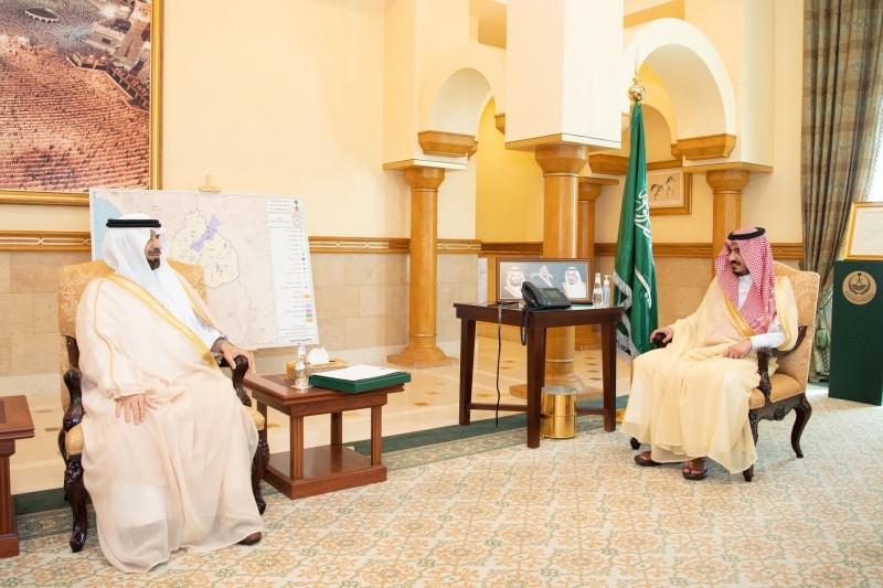 الأمير بدر بن سلطان خلال لقائه المهندس عبدالإله بن مشيط.