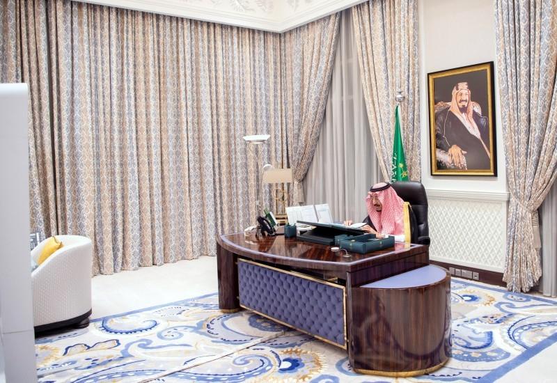 خادم الحرمين الشريفين خلال ترؤسه جلسة مجلس الوزراء عبر الاتصال المرئي، أمس (الثلاثاء). (واس)