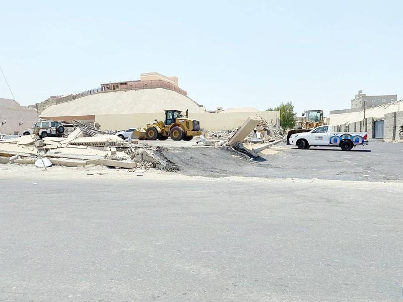 إزالة تعديات على أرض في جدة.