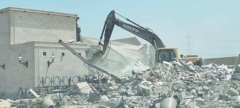 متعدٍ قام ببناء قصر أفراح في جدة.