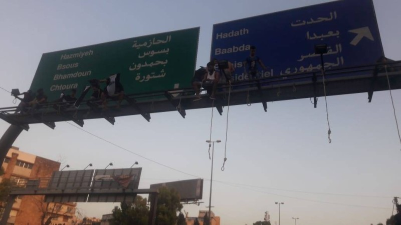 محتجون يعلقون المشانق على طريق بعبدا