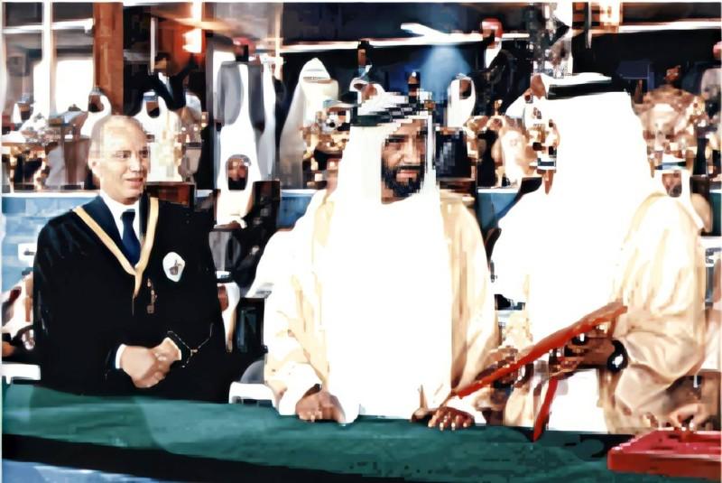 د. عبدالعزيز بن إبراهيم البسام (يسارا) مع المغفور له الشيخ زايد في افتتاح جامعة الإمارات سنة 1977م