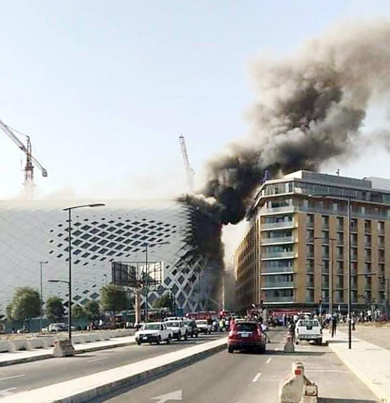 حريق في مجمع تجاري قرب البيال في بيروت تسبب في أضرار مادية جسيمة أمس. (عكاظ)