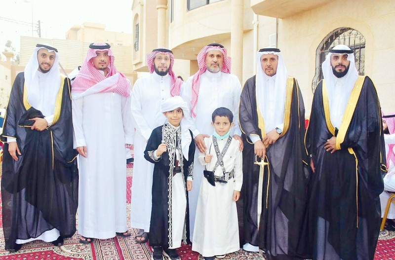 العريسان مع الأقارب.