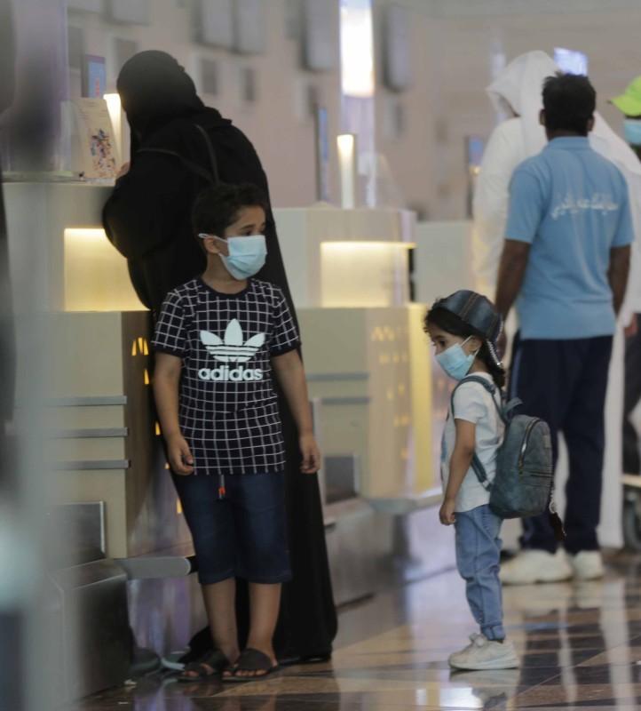 أسرة تنهي إجراءات سفرها في مطار المؤسس أمس. (تصوير: عمرو سلام)
