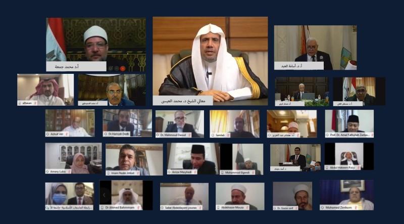 المشاركون في المؤتمر يستمعون لكلمة أمين رابطة العالم الإسلامي الافتتاحية. (عكاظ)