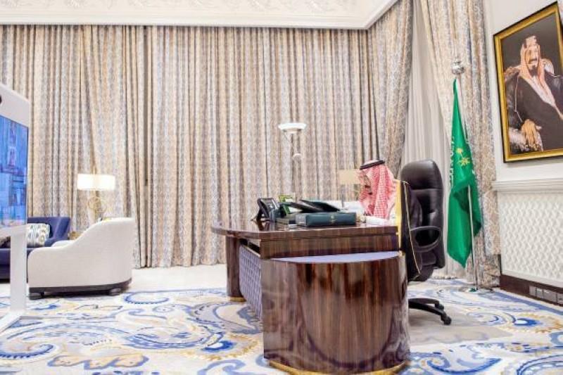 خادم الحرمين خلال ترؤسه جلسة مجلس الوزراء أمس. (واس)