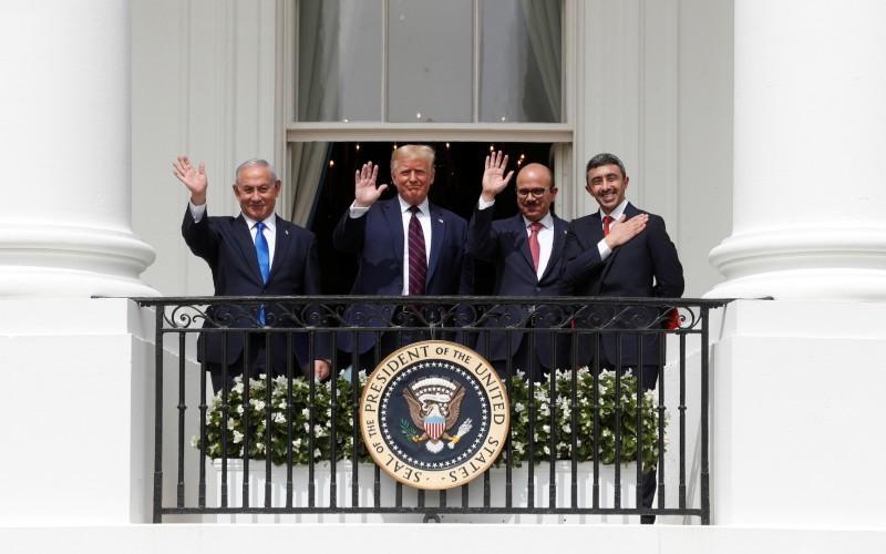 ترمب يتوسط نتنياهو والزياني وعبدالله بن زايد قبيل توقيع الاتفاقات أمس الأول.