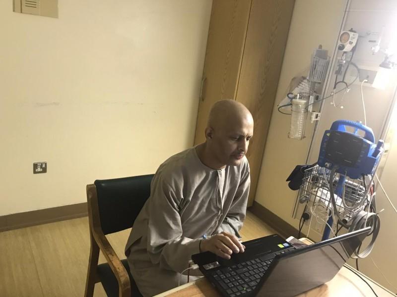 المعلم محمد الفيفي مقاوماً أوجاع مرض السرطان.