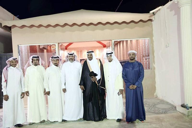 العريس مع بعض الأقارب.