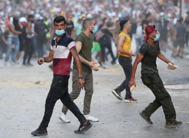 محتجون لبنانيون