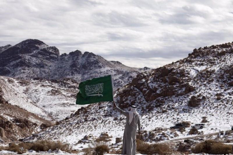ثلوج تكسو قمم الجبال الشمالية.