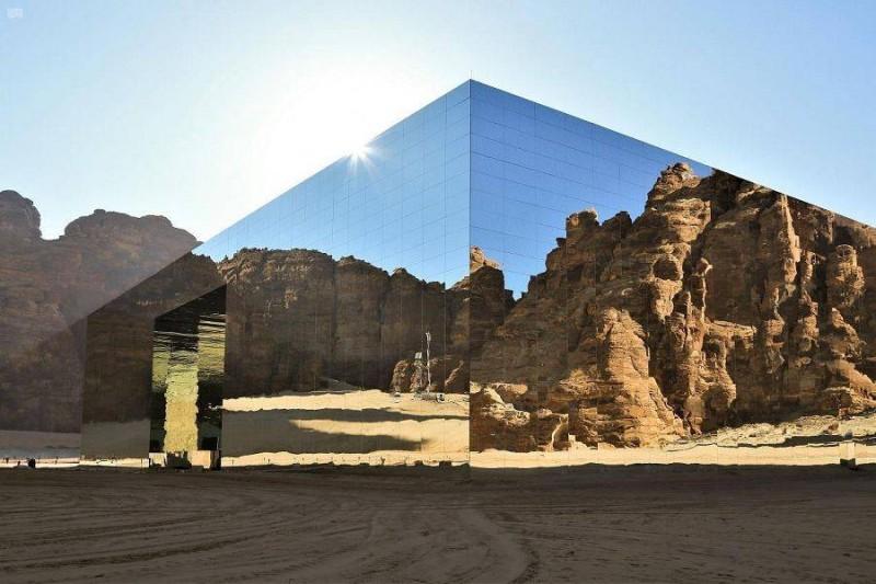 مسرح مرايا يدخل موسوعة غينيس للأرقام القياسية كأكبر مبنى مغطى بالمرايا في العالم.